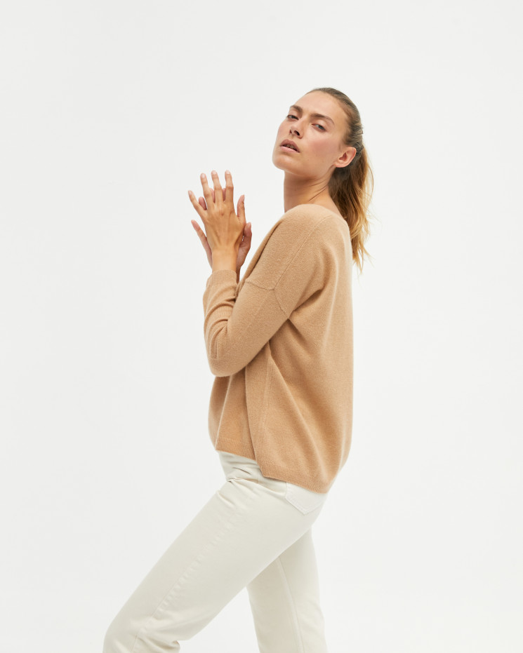 Women's oversized cashmere V-neck sweater long sleeves - camel - angèle - absolut cashmere (front)